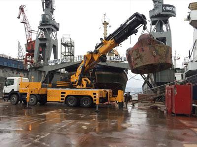 Parçalanamayacak büyüklükte makineler yada ağır tonajlı yükleri uygun araçlarımızla taşıyoruz, vinçlerimizle yükleme ve indirme işlemlerini güvenli ve hızlı şekilde yapıyoruz