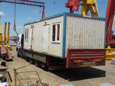 Konteyner taşımacılığı konusunda deneyimli olan Erikçi vinç, haftanın her günü aralıksız bir şekilde konteyner taşıma, indirme ve yükleme işlerinizi hızlı ve güvenli bir şekilde yapmaktadır.